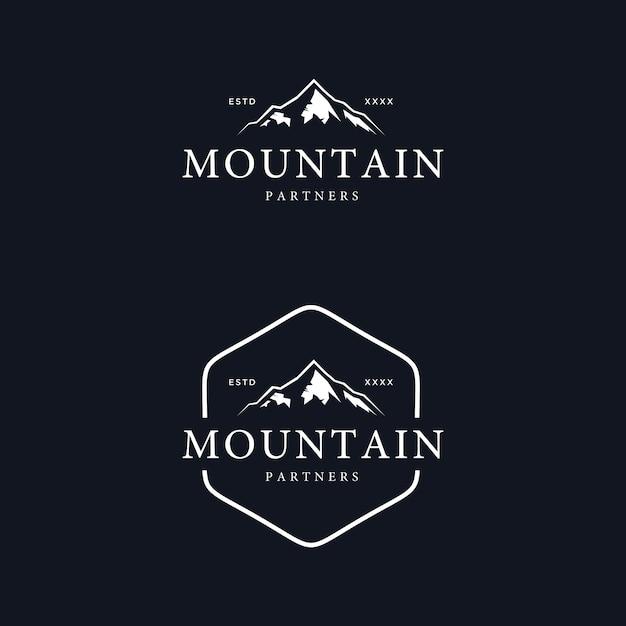 Illustrazione d'annata di vettore di progettazione di logo del distintivo della montagna Vettore Premium