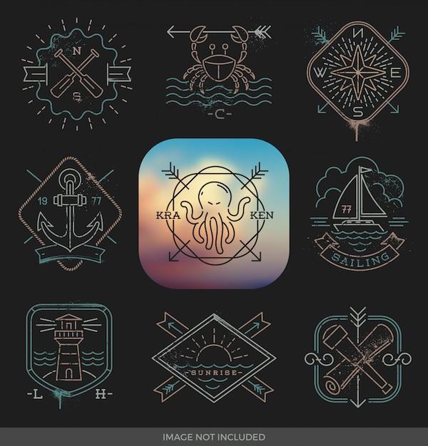 Illustrazione del disegno a tratteggio - segni ed etichette degli emblemi nautici, di avventure e di viaggio su un fondo nero Vettore Premium