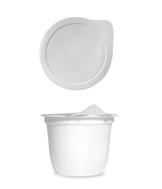 Illustrazione del pacchetto di yogurt della tazza bianca realistica del contenitore 3d con il coperchio chiuso della stagnola Vettore gratuito