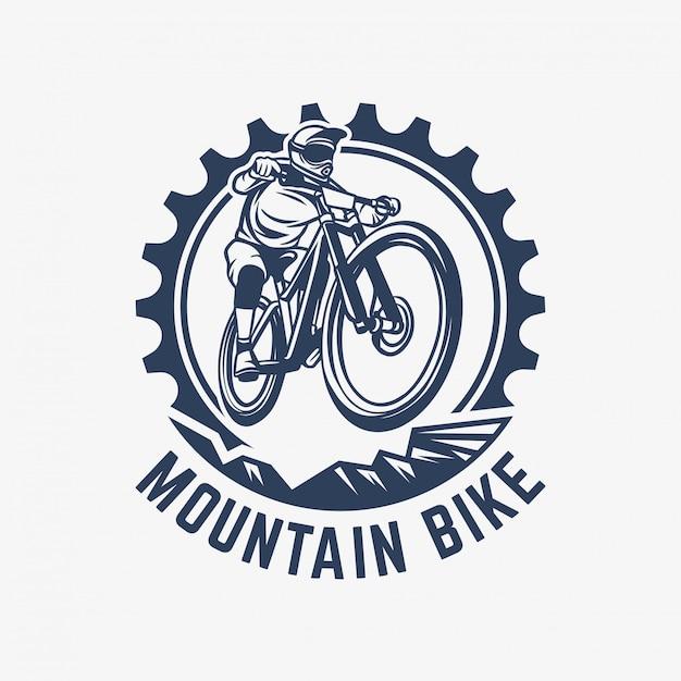 Illustrazione dell'ingranaggio e del ciclista del modello di logo d'annata del mountain bike Vettore Premium