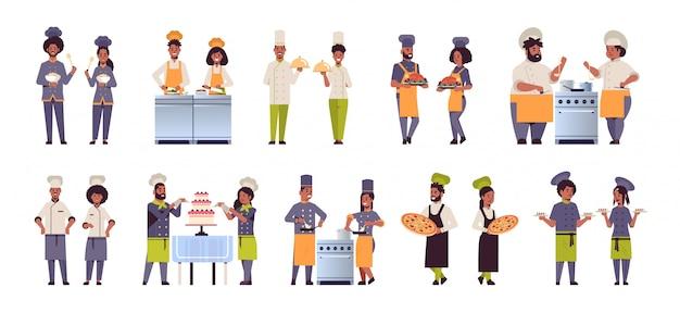 Impostare diverse coppie di chef professionisti in piedi insieme uomini afroamericani donne ristorante cucina lavoratori in uniforme cucina concetti alimentari raccolta piatta orizzontale a figura intera Vettore Premium