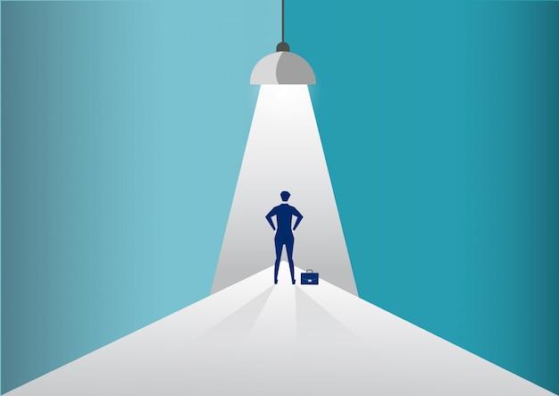 Imprenditore in piedi sotto i riflettori o faro in cerca di nuove opportunità di carriera. illustrazione. Vettore Premium