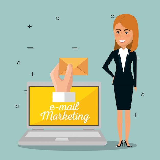 Imprenditrice con icone di marketing e-mail Vettore gratuito