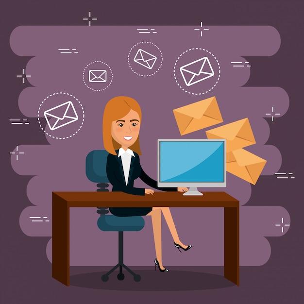 Imprenditrice in ufficio con icone di marketing e-mail Vettore gratuito