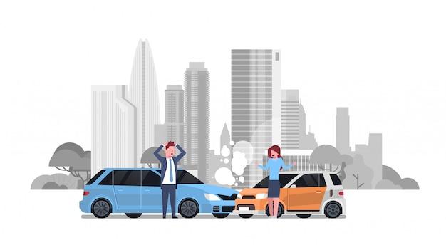 Incidente stradale con incidente stradale di driver uomo e donna sopra silhouette city Vettore Premium