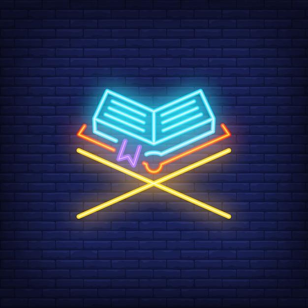Insegna al neon del corano. libro di holy sul supporto di legno. pubblicità luminosa di notte. Vettore gratuito