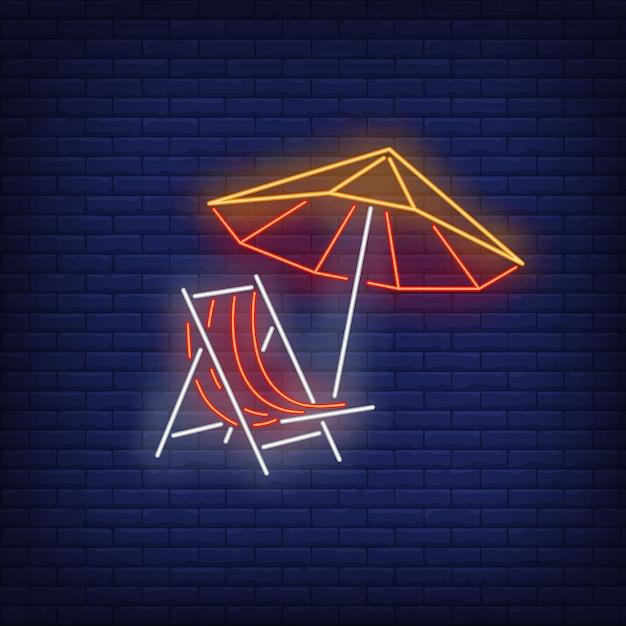 Insegna al neon dell'ombrello e della sedia a sdraio. estate, vacanza, vacanza, resort. Vettore gratuito