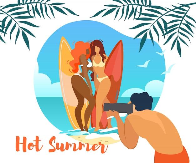 Insegna orizzontale di estate calda con il fotografo dell'uomo che fa foto di giovani ragazze sexy Vettore Premium