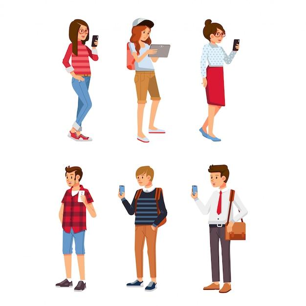 Insieme di giovani isometrici utilizzando gadget. giovane e donne che per mezzo della compressa del telefono e dello smartphone Vettore Premium