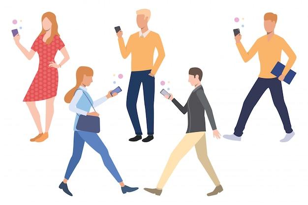 Insieme di persone che utilizzano gli smartphone Vettore gratuito