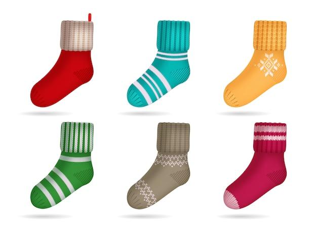 Insieme realistico dei calzini colorati luminosi tricottato inverno isolato Vettore gratuito