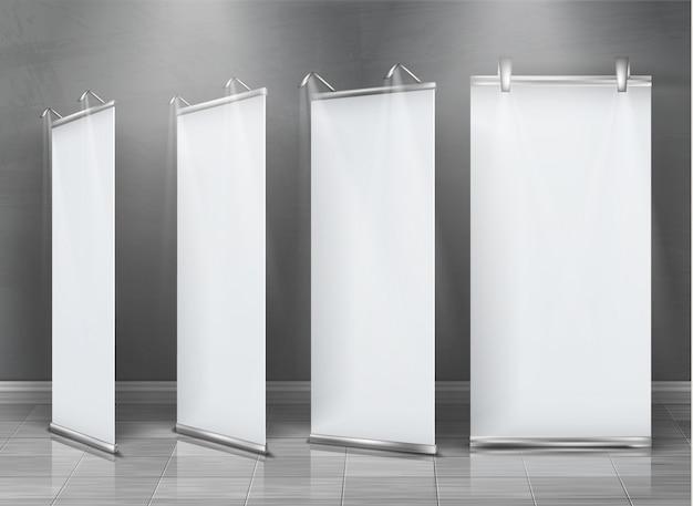 Insieme realistico di rimboccarsi le bandiere, stand verticali per esposizione e presentazione aziendale Vettore gratuito