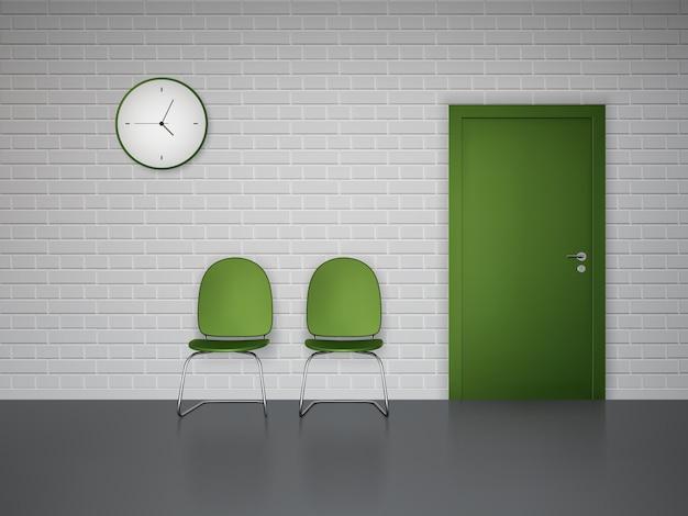 Interiore della sala d'attesa con le sedie e la porta verdi dell'orologio di parete Vettore gratuito