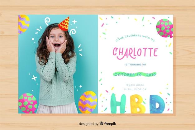 Invito di compleanno per bambini per modello di ragazza con foto Vettore gratuito