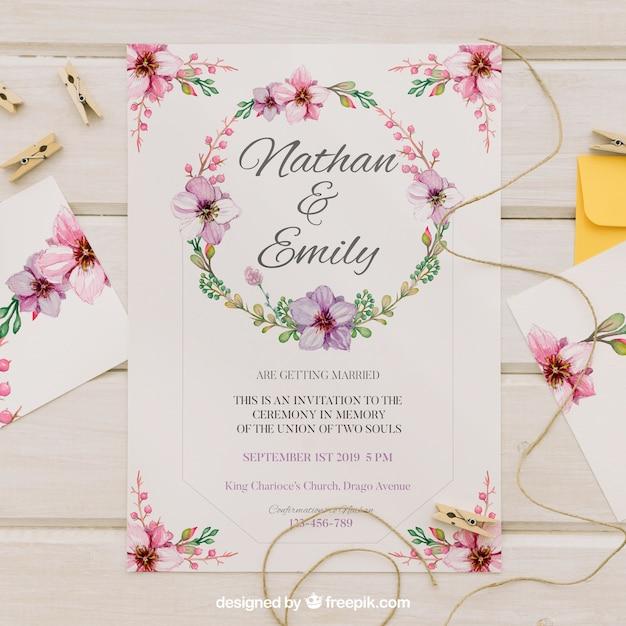 Invito di nozze con corona di acquerello floreale Vettore gratuito