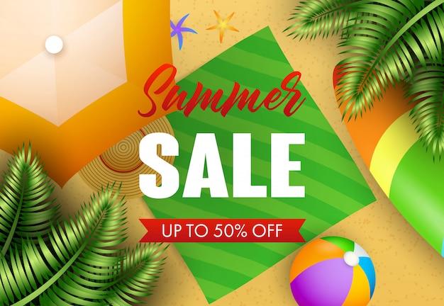 Iscrizione di vendita di estate con foglie tropicali, tappetino da spiaggia e palla Vettore gratuito