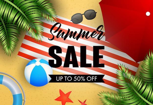 Iscrizione di vendita di estate con tappetino da spiaggia, palla e ombrello Vettore gratuito
