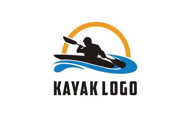 Ispirazione al design del logo kayak Vettore Premium