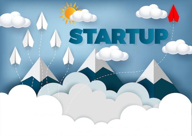 L'aereo di carta è la competizione verso la destinazione fino al cielo per raggiungere l'obiettivo di successo Vettore Premium