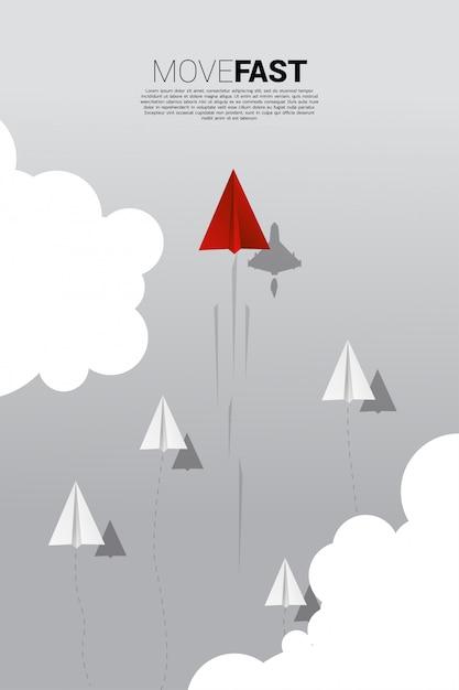 L'aeroplano di carta origami rosso con l'ombra di un aereo da combattimento si muove più velocemente di un gruppo di bianchi. Vettore Premium