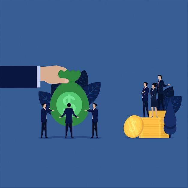 L'uomo d'affari dà la borsa di soldi alla banca di debito per il risarcimento. Vettore Premium
