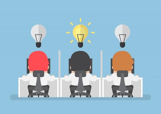 L'uomo d'affari ottiene la nuova idea con la lampadina sopra la sua testa Vettore Premium