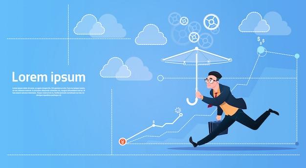 L'uomo di affari funziona con il concetto di sicurezza dell'ombrello Vettore Premium