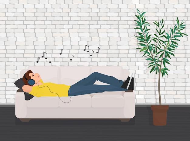 L'uomo disteso rilassante sul divano divano e ascolta musica. Vettore Premium