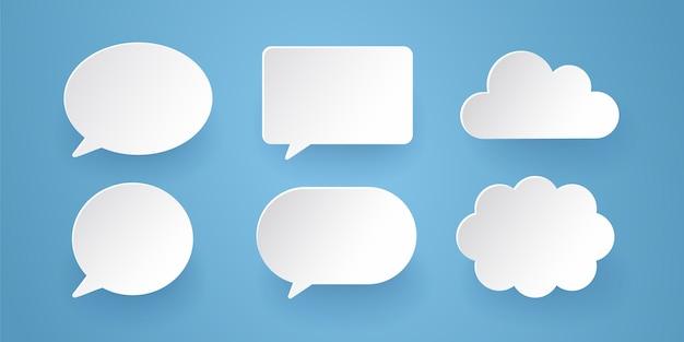 La comunicazione bolle nello stile di carta sui precedenti blu. Vettore Premium