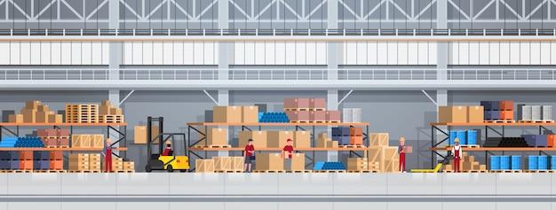 La gente che lavora nella scatola di sollevamento del magazzino con il carrello elevatore. illustrazione orizzontale di concetto di servizio logistico di consegna Vettore Premium