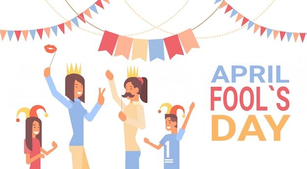 La gente raggruppa l'insegna festiva della cartolina d'auguri di festa del pesce d'aprile Vettore Premium