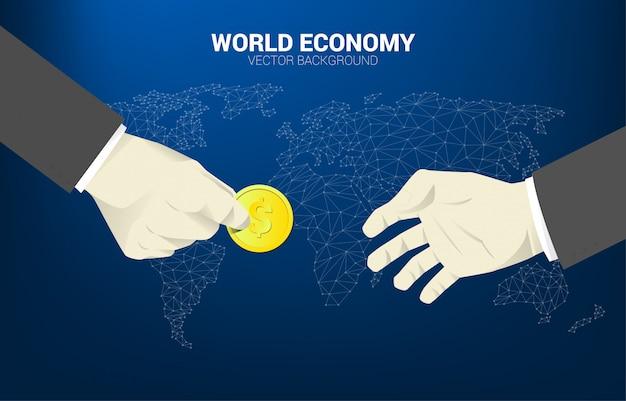 La mano dell'uomo d'affari dà i soldi della moneta ad altra con il fondo della mappa di mondo. Vettore Premium