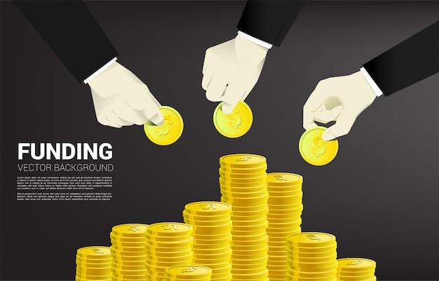 La mano dell'uomo d'affari ha messo i soldi sulla pila di soldi. Vettore Premium