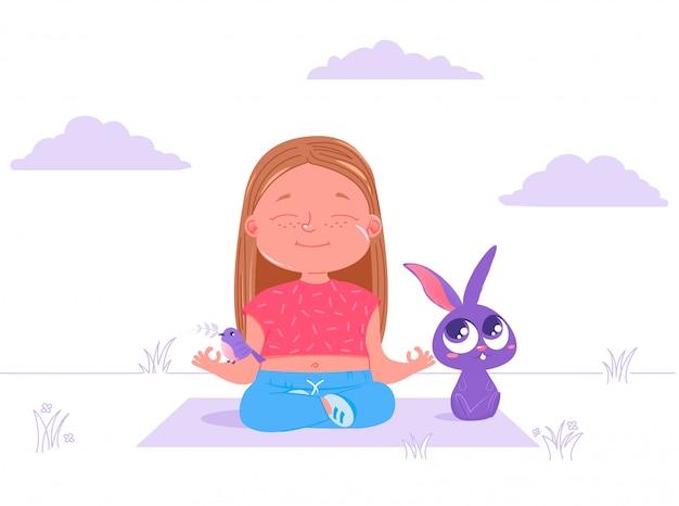 La neonata sveglia sta facendo l'yoga all'aperto su erba con il coniglio e l'uccello animali degli amici. Vettore gratuito