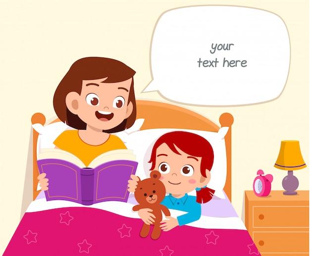 La ragazza sveglia felice del bambino ascolta la storia dalla mamma Vettore Premium