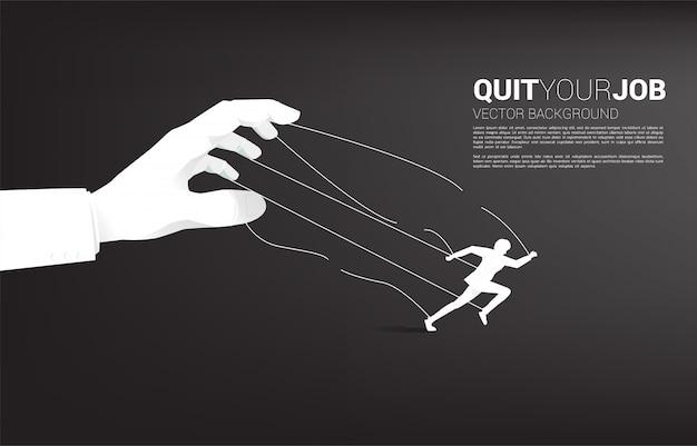 La siluetta dell'uomo d'affari scappa dal burattino di mano del grande capo. concetto per stress da lavoro, pressione sul lavoro e abbandono del lavoro Vettore Premium