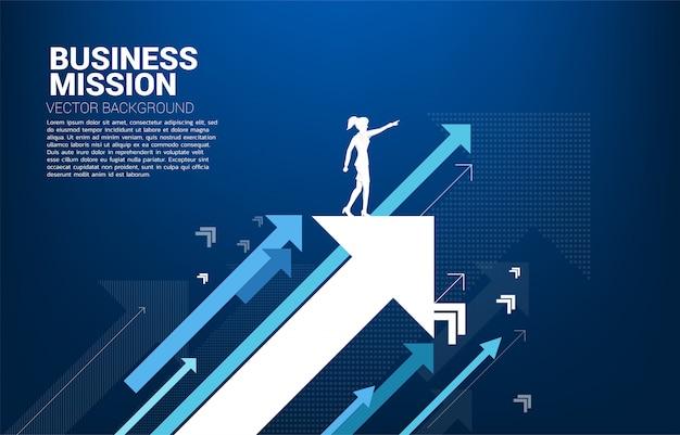 La siluetta della donna di affari indica in avanti sull'aumento della freccia. concetto di crescita aziendale e leadership. Vettore Premium