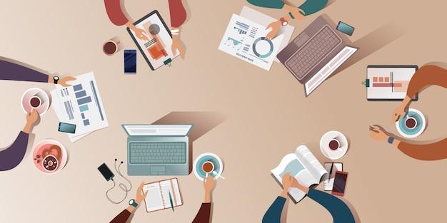 La superficie di lavoro di una scrivania all'incontro del mattino. illustrazione vista dall'alto Vettore Premium