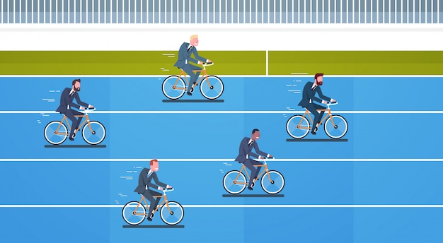 Leadership aziendale e concetto di concorrenza gruppo di uomini d'affari giro in bicicletta competere Vettore Premium