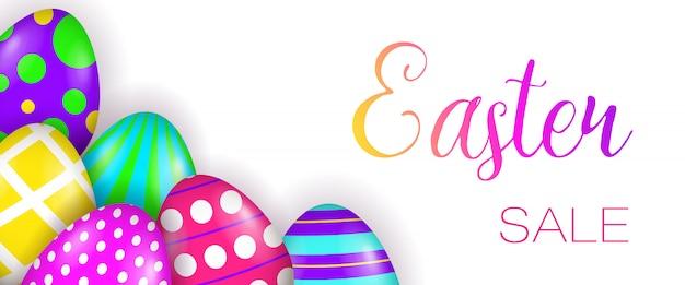 Lettering di vendita di pasqua e uova dipinte Vettore gratuito