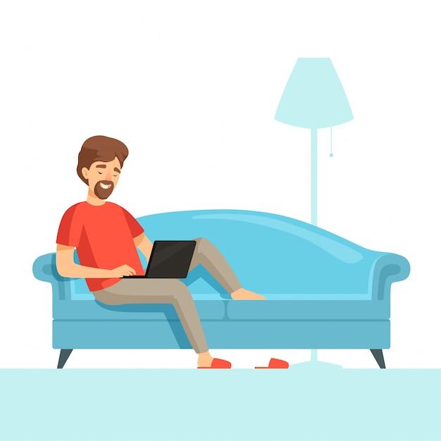 Libero professionista sul divano. tirante felice del lavoro di sorriso sul letto comodo con il computer portatile Vettore Premium