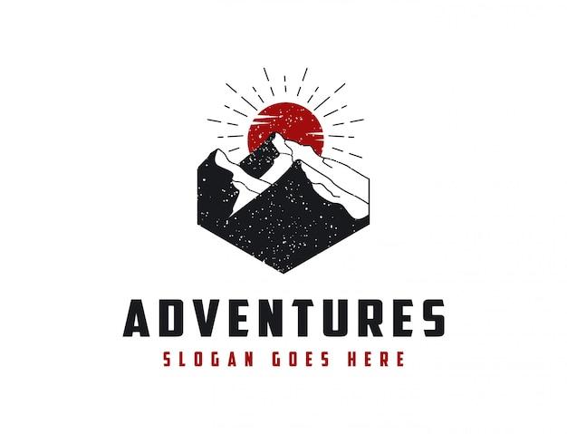 Logo avventura paesaggio montano Vettore Premium
