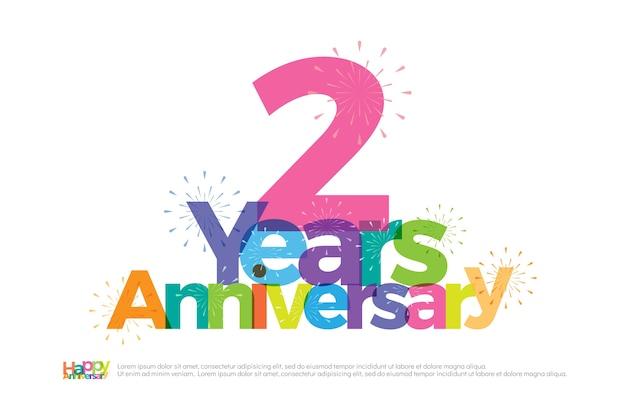 Logo colorato di 2 anni anniversario celebrazione con fuochi d'artificio Vettore Premium