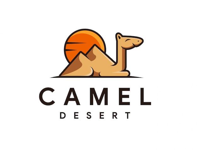 Logo della mascotte dei cartoni animati di cammello e deserto Vettore Premium
