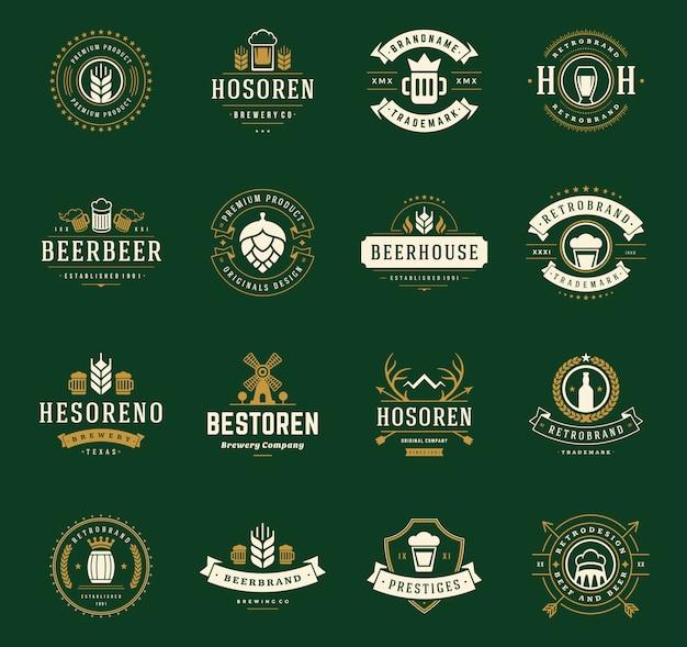 Logos e distintivi della birra del mestiere dell'annata con i barilotti con il vettore di simboli delle tazze di vetro di birra Vettore Premium