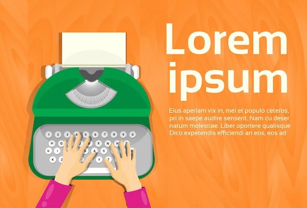 Mani che digitano sulla vista di angolo superiore della macchina da scrivere d'annata. modello di testo Vettore Premium