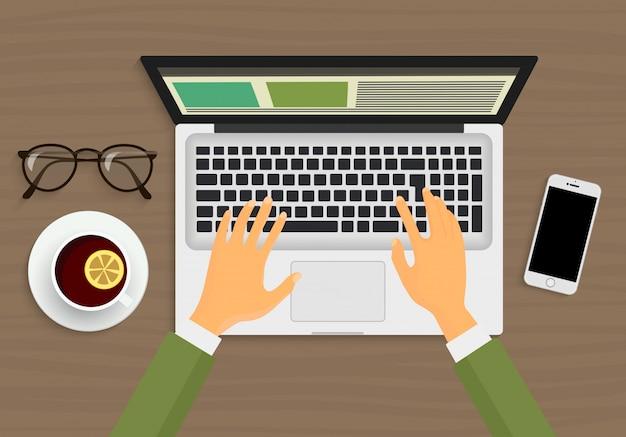 Mani che lavorano sul portatile Vettore Premium
