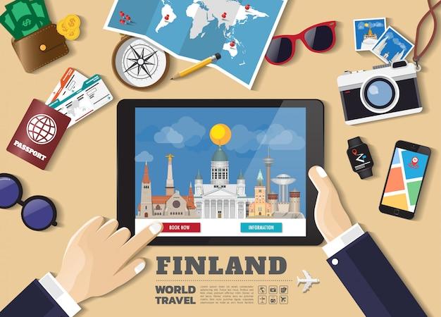 Mano che tiene la destinazione di viaggio di prenotazione della compressa intelligente luoghi famosi della finlandia. insegne di concetto di vettore nello stile piano con l'insieme degli oggetti di viaggio, degli accessori e dell'icona di turismo. Vettore Premium
