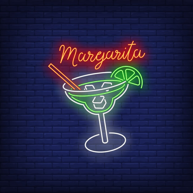 Margarita testo al neon, bicchiere da bere, paglia, cubetti di ghiaccio e lime Vettore gratuito