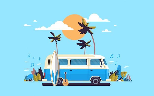 Melodia d'annata praticante il surfing della spiaggia tropicale di tramonto del bus del surf di vacanze estive retro Vettore Premium
